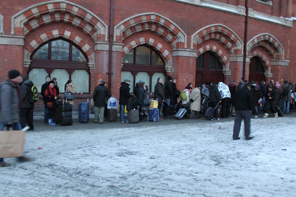 A l'extérieur de la gare de St pancrace à Londres le 20 décembre vers 16h30. La queue commence à sortir de la gare !