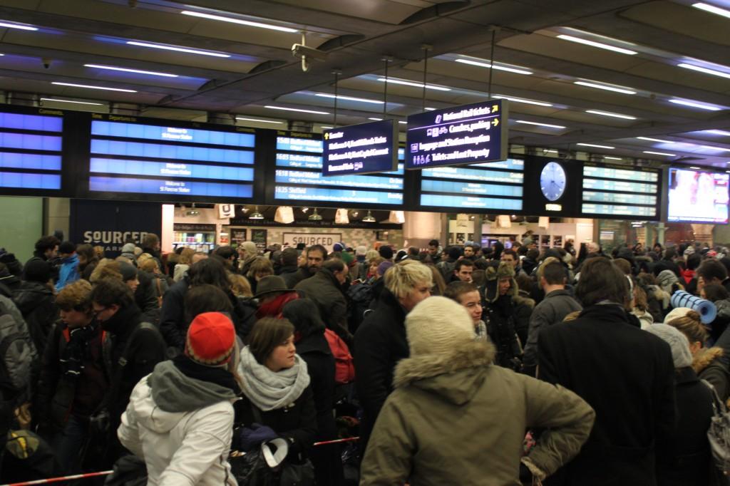 Hall de la gare de St pancrace à Londres le 20 décembre vers 17h00. Déjà la cohue